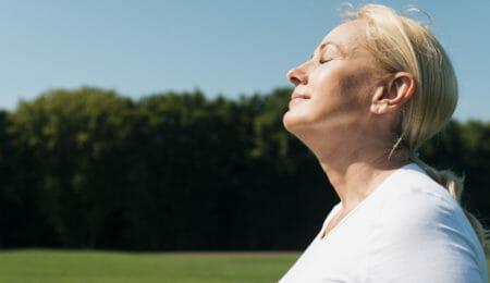 mulher fazendo meditação mindfulness