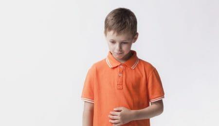 menino triste, dor - automutilação na infância e adolescência