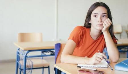 Menina triste na escola -  automutilação na escola