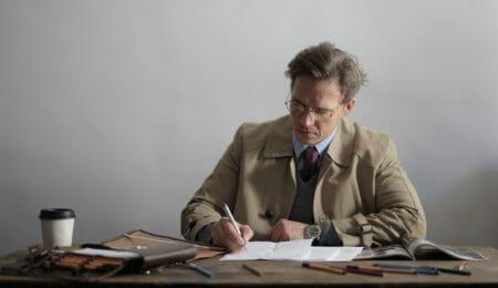 homem maduro estudando e fazendo anotações
