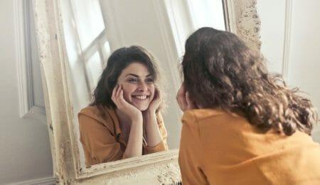 pessoa se olhando no espelho, autossabotagem