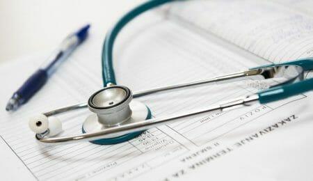 estetoscópio médico fazendo prescrição de rivotril