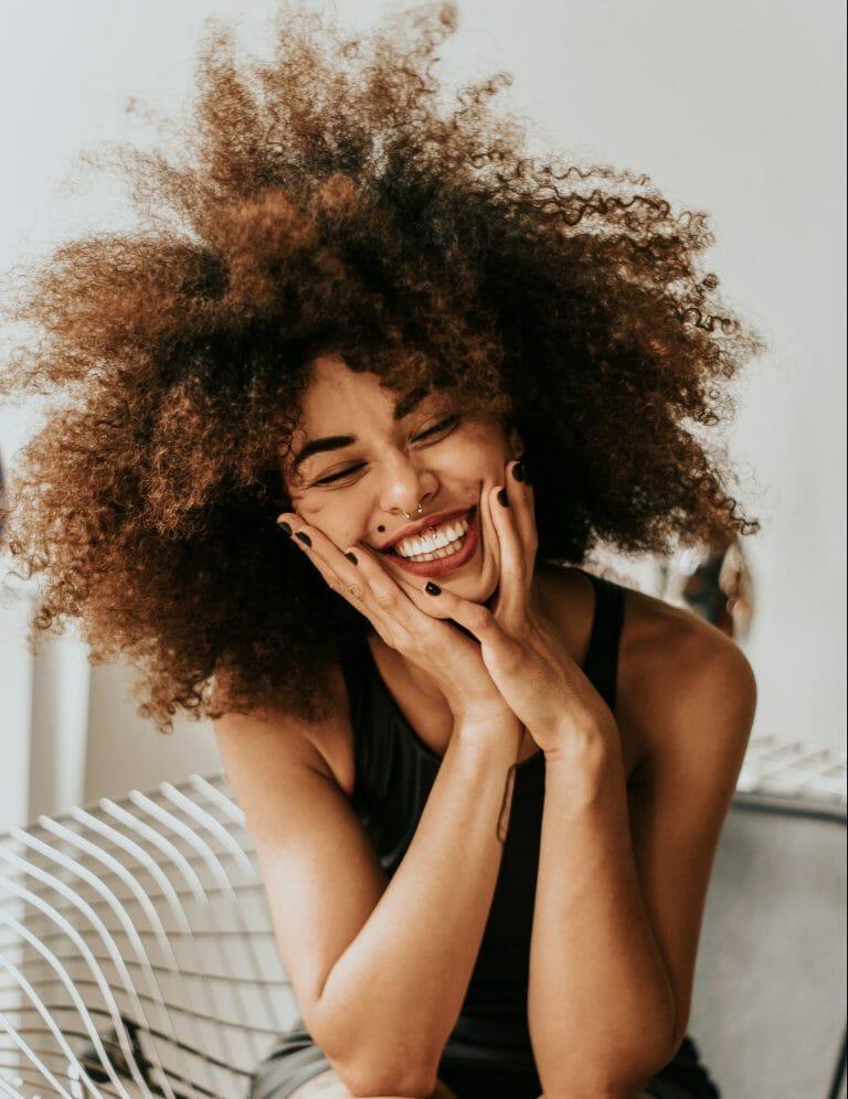 pessoa sorrindo, liberando endorfina no corpo