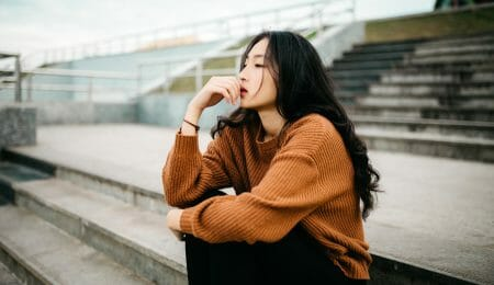 mulher com tag pensativa