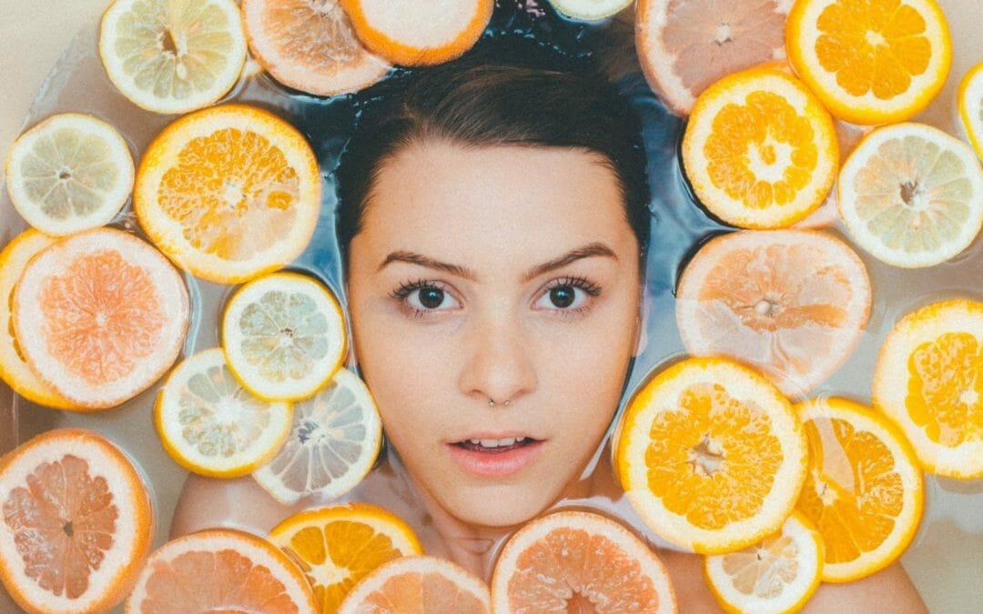 Vitamina C para o rosto: qual comprar, como passar e benefícios