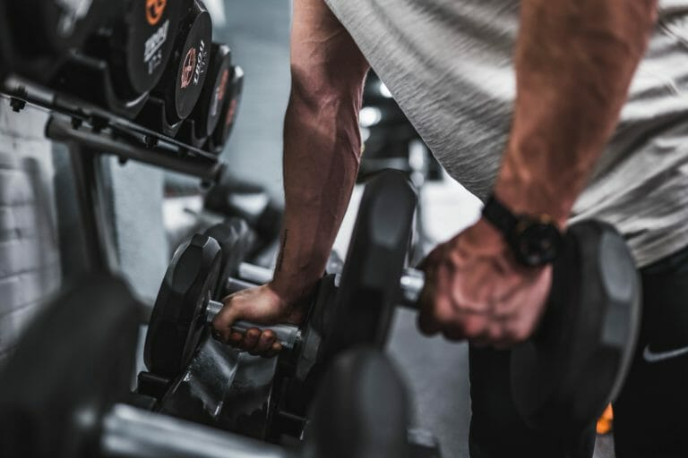 treinar com pesos para ganhar massa muscular