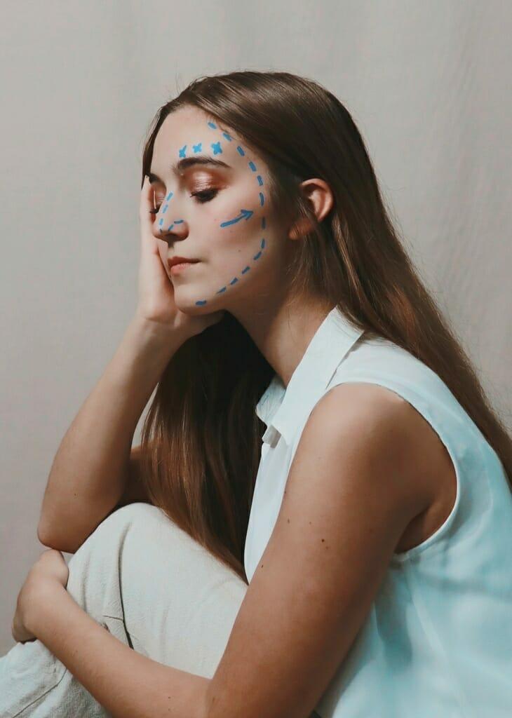 mulher com setas para harmonização facial