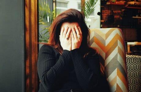 mulher em crise de choro