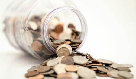 dinheiro, pote de dinheiro derramando moedas