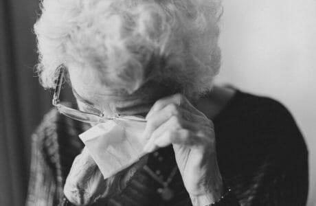 idosa em crise de choro